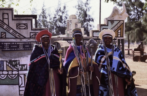 Figure 4 – Groupe de femmes en costume traditionnel ndebele (1990), Wolwekraal
