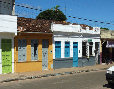 Figure 5: Houses with and without platibanda in Taperoá, Bahia (Brazil).