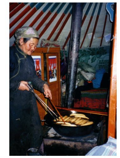 Photo 6 : Cuisson des gâteaux par une veuve dans la partie féminine de la yourte / Cooking cakes by a widow in the female side of the yurt