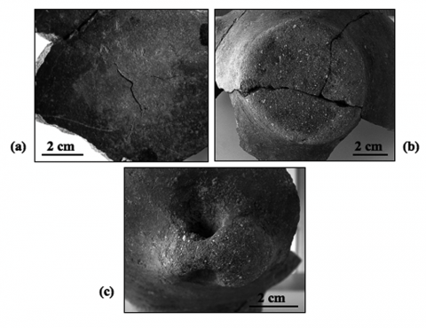 Figure 11 : Traces d'usure observées sur les fonds, bases et préhensions des vases.Figure 11: Abrasive use-wears observed on the bottoms, bases and ceramics handles.