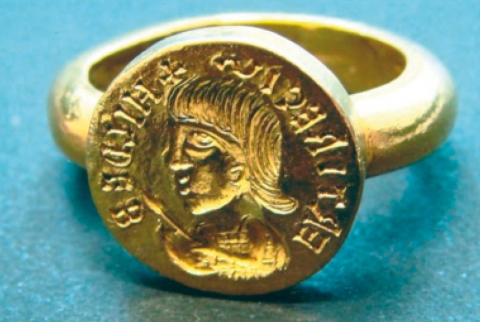 Figure 4: (See colour plate) Signet ring attributed to kings Childebert I or II, of the sixth century Merovingian dynasty of Western Europe. Figure 4 : (Voir planche couleur) Bague à sceau attribuée au roi Childéric I ou II, de la dynastie Mérovingienne d'Europe Occidentale, vie siècle.