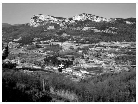 Figure 2: Panoramic view of the Pora Valley with the terrace where the site of San Sebastiano (white asterisk) is located.Figure 2 : Vue panoramique de la vallée de Pora avec la localisation (par un astérisque) du site de San Sebastiano.