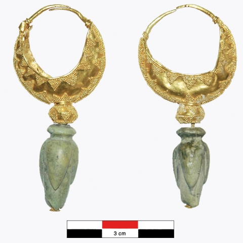 Plate 1: (See colour plate) Pair of crescent-shaped earrings.Planche 1 : (Voir planche couleur) Paire de boucle d'oreille à navicelle.