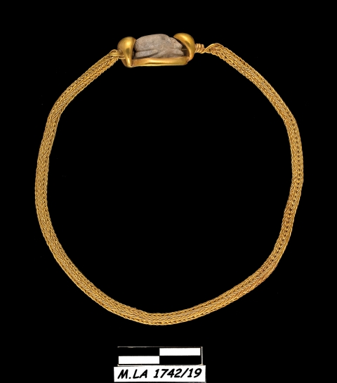Figure 4: (See colour plate) The bracelet from the tomb of Kition with a scarab and a quadruple loop-in-loop chain, reference MLA 1742/19.Figure 4 : (Voir planche couleur) Le bracelet de la tombe de Kition avec un scarabée et une chaîne en quadruple loop-in-loop, référence MLA 1742/18.