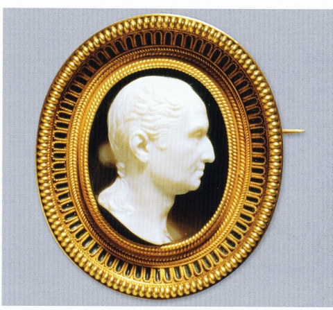 Figure 4: Brooch with cameo of George Washington. Made by Castellani; cameo by G. Girometti. Gold, sardonyx; frame with wire 'at astragals'. Museo Nazionale Etrusco di Villa Giulia, Roma, 85211, from Soros and Walker, 2004: Fig. 4-21.Figure 4 : Broche avec camée de Georges Washington. Fabriqué par Castellani; camée par G. Girometti. Or, sardonyx, monture avec fil aux astragales. Museo Nazionale Etrusco di Villa Giulia, Rome, 85211, d'après Soros et Walker, 2004 : Fig. 4-21.