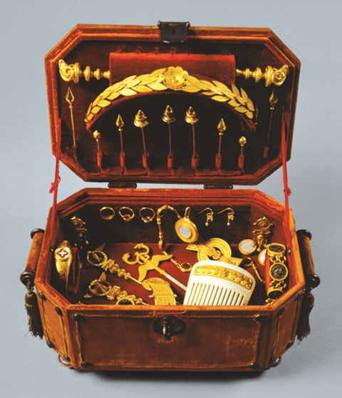 Figure 1: Casket with the jewels of Queen Maria Pia of Savoy.Figure 1 : Coffret avec les joyaux de la Reine Maria Pia de Savoie.