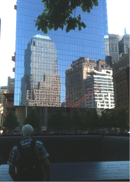 Figure 9 : Touriste devant l'inscription des Noms du mémorial Reflecting Absence. Site du Mémorial du 9/11. New York