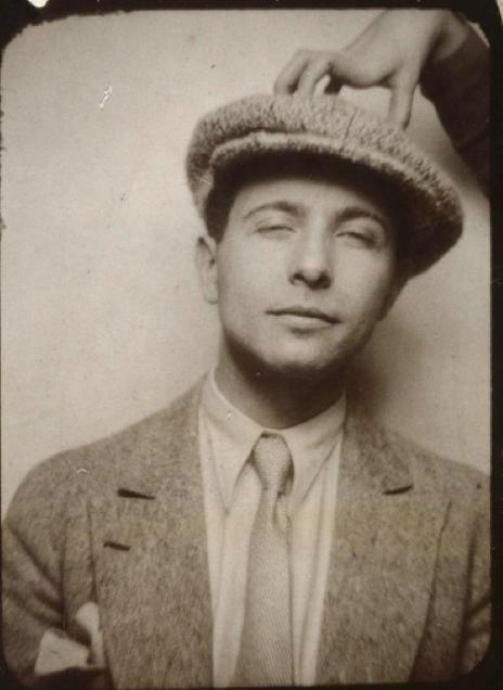 bd9c45020 Robes, cravates et casquette : la mode dans Aurélien (1944), de ...