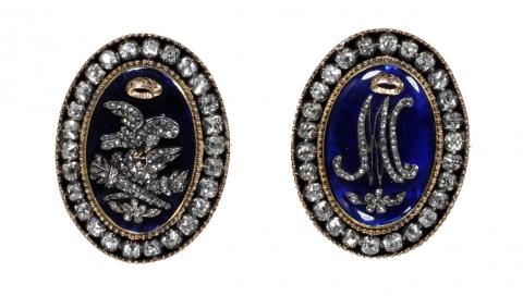 Fig.9: Deux fermoirs de bracelets en email bleu, or, et diamants vers 1770. Les initiales «MA» ont été historiquement associées à la reine Marie-Antoinette. Londres, The Victoria and Albert Museum, M.51&A-1962.