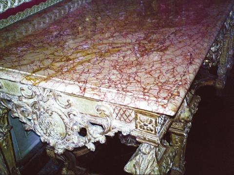 Fig. 3 : Plateau de table en marbre de Trets. Château de Versailles, grands appartements, salon de Mars.