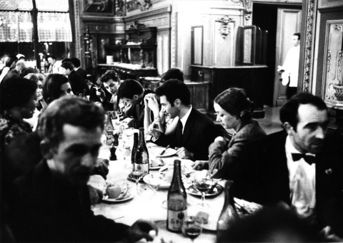 Ill. 1 : Dîner du vernissage de Mythologies Quotidiennes, 1964.