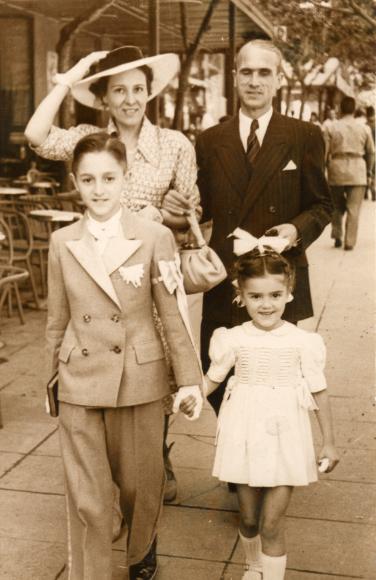 På dagen for hans første kommunion, sammen med sin søster og foreldrene i Bab el-Oued