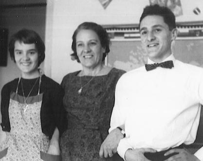 Pierre med sin mor og søsteren Nane i 1958, sannsynligvis på hans tyveårsdag