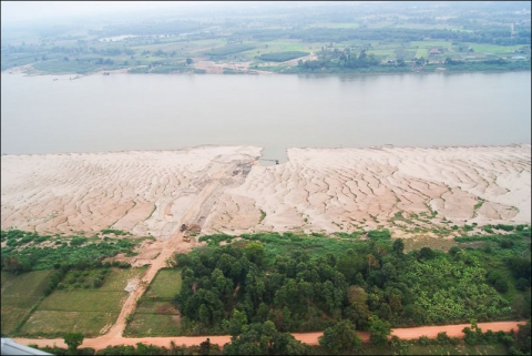Photo 2 - Aerial view of a newly developing extraction site on a large convex sand bar, at low flow, downstream of Vientiane