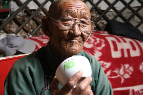 Photo 1. D. Daržaa montrant l'utilisation du bol comme résonnateur dans l'apprentissage du höömij