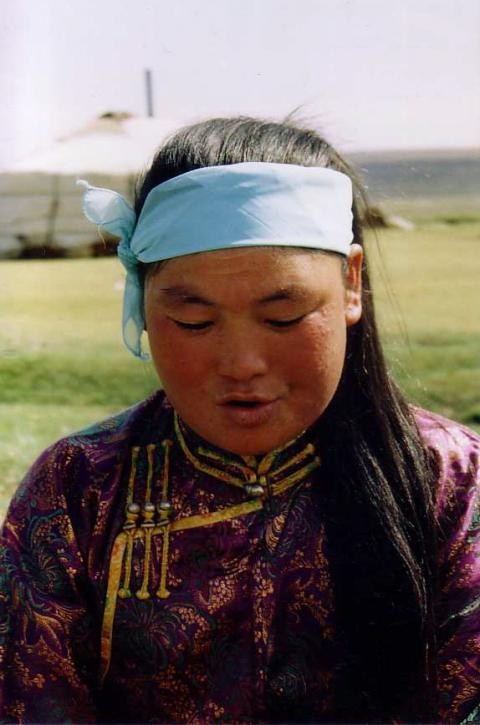 Photo 2. Erdenečimeg s'exerce au höömij devant sa yourte, en suivant les conseils de D.Cerendavaa