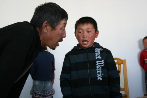 Photo 3. B. Bapizan enseignant le höömij dans sa salle de classe