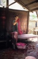 Teinture d'un écheveau en rouge, Prek Chang Krân, province de Prey-Veng (Cambodge), 2011