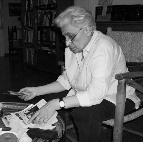 Fig. 1: Domna Samiou chez elle lors de l'entretien pour les Cahiers de musiques traditionnelles.