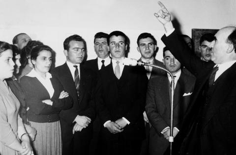 Fig. 2: Chœur de Simon Karras. Domna Samiou est la troisième depuis la gauche, et Karras tout à droite.