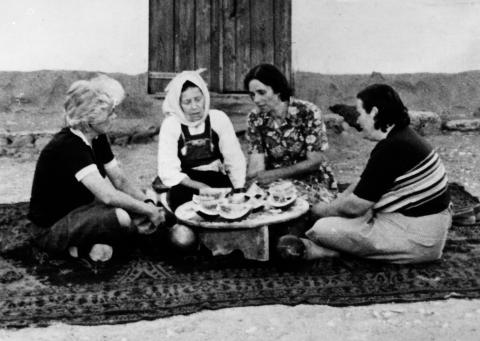 Fig. 3: Domna Samiou (à gauche) lors du tournage de son émission «Echos grecs». Thrace, 1976.