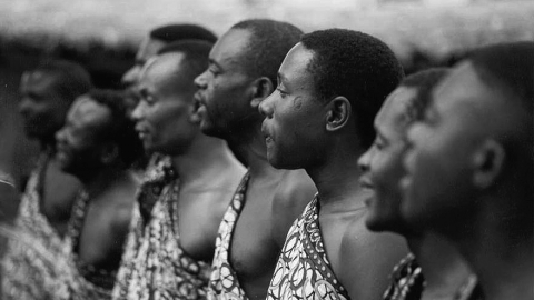 Fig. 5: Hommes wagogo chantant la section correspondant au cilumi (hoquet) du répertoire Msunyhuno. Majeleko, Tanzanie. Photo Polo Vallejo, 2000