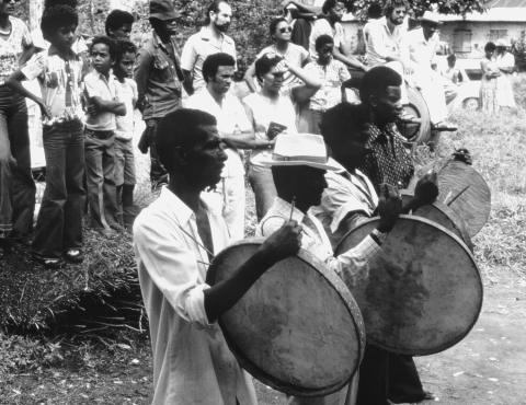 Fig. 1. Accompagnement musical, tambours tapou, Martinique, 1980.
