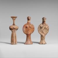Trois figurines féminines en terre cuite