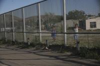 Rencontre inattendue de part et d'autre du mur, à la frontière USA-Mexique à l'ouest d'El Paso, 2013