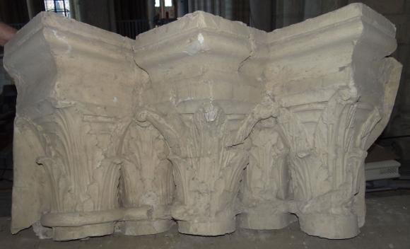 Notre Dame M/édaille miraculeuse Statue en m/étal avec base en bois dolivier 12/cm et dune double c/œur en /étain Broche porte-bonheur Amour 54902