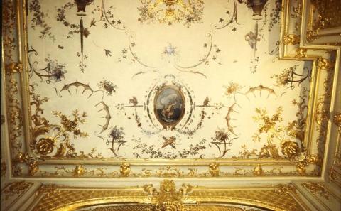 D couverte paris d un plafond peint d cor de singeries attribu claude iii audran antoine - Hotel miroir plafond paris ...