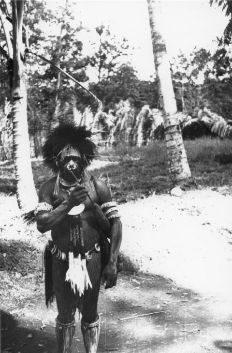 Photo 7. – A fully Iatmul decorated man with his lime container, showing a winsumbu type face