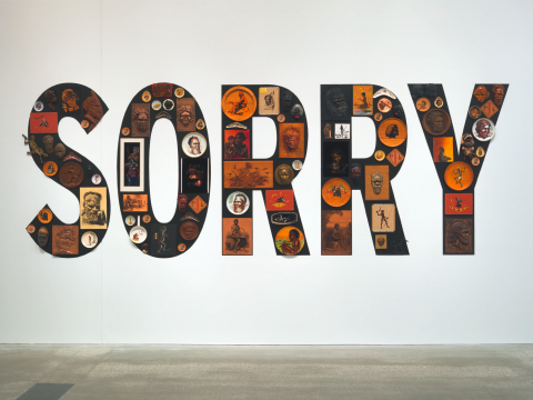 Photo 2. – Tony Albert, Sorry 2008, matériaux divers (99 pièces), 200 x 510 x 10 cm (installation), Acc. 2008.384a-uuuu, The James C Sourris, AM, Collection. Purchased 2008 with funds from James C Sourris through the Queensland Art Gallery Foundation. Collection: Queensland Art Gallery
