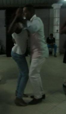 350b0b41e Figura 4. Exemplo de combinação postural dos dançarinos na kizomba angolana