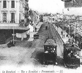 "Photo 1 : Le remblai des Sables-d'Olonne, artère devenue essentielle à la ville sous l'effet du développement touristique, est doté d'un tramway en 1898The ""Remblai"" promenade of Les Sables-d'Olonne became an essential street in the city under the influence of the tourist development, and was endowed with a tramway in 1898"