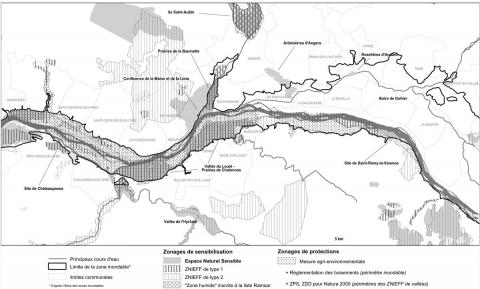 "Figure 3 : Zonages environnementaux autour d'Angers : les vallées humides « pansements de la ville »Environmental planning around Angers are humid-valleys acting as ""plasters"" for the city"