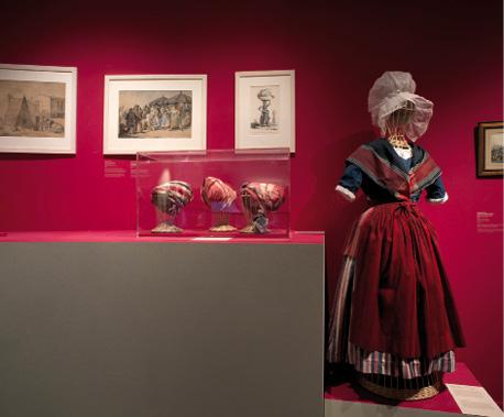 Des dispositifs parfois trop discrets selon les visiteurs, comme dans la salle XIXe siècle du musée d'Aquitaine consacrée aux costumes.