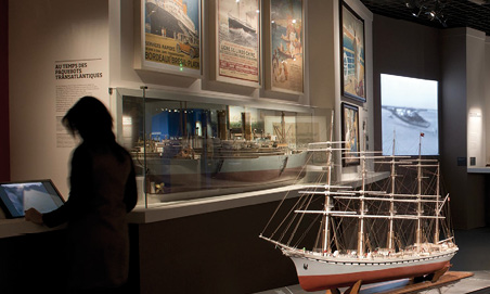 Des écrans qui ne doivent pas faire oublier aux visiteurs les œuvres et objets exposés (musée d'Aquitaine).